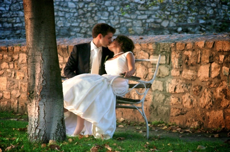 Bride, Groom, Tree, Park, Kissing, Levente photography, Bench