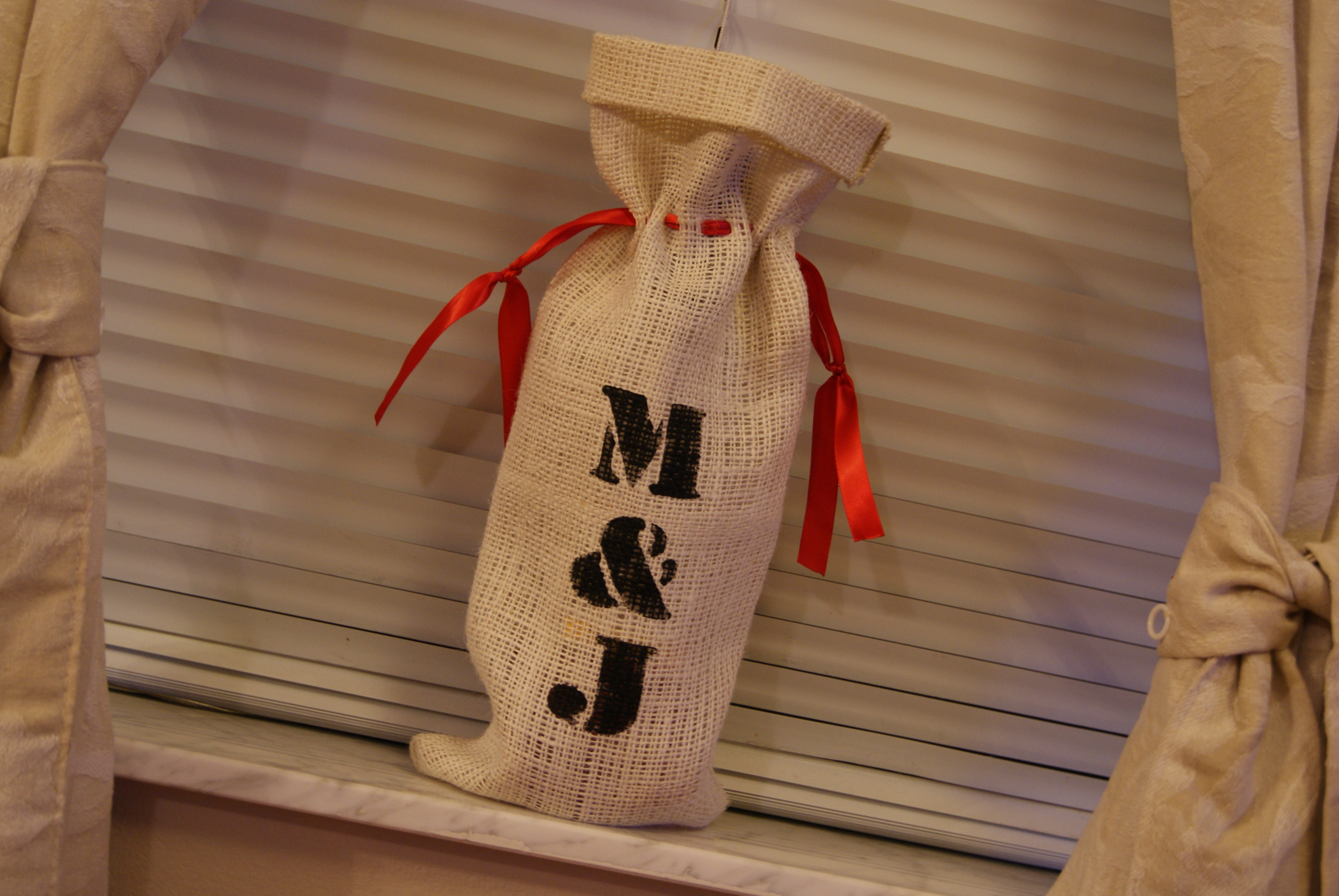 DIY, white, red, black, Inspiration board, Wine, Wine bags, Bridal party presents, Groomsmen presents, Bridesmaid presents