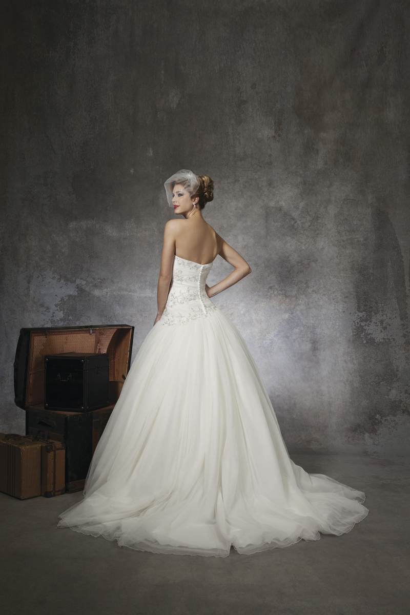 white, Sweetheart, Strapless, Beading, Tulle, Floor, Wedding dress, Justin Alexander, Ball gown
