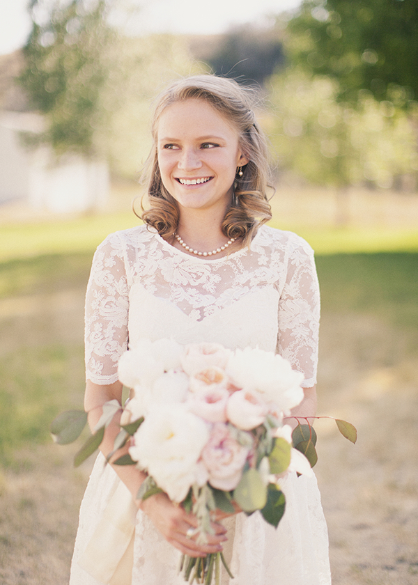 Beauty, Lace Wedding Dresses, Vintage Wedding Dresses, Fashion, Real Weddings, Wedding Style, Half-up, Rustic Real Weddings, Spring Weddings, Midwest Real Weddings, Spring Real Weddings, Vintage Real Weddings, Rustic Weddings, Vintage Weddings, Pastel